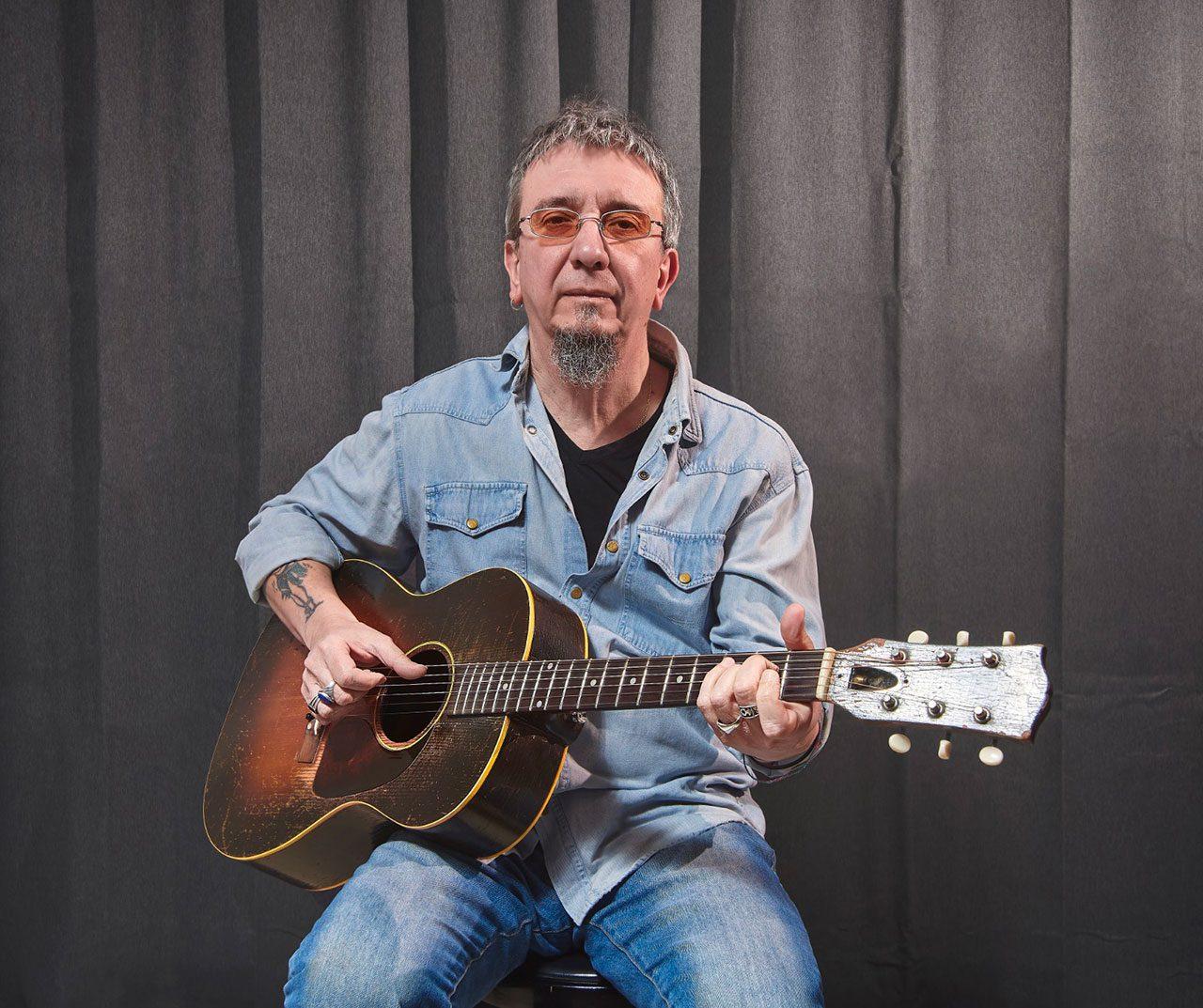 Max De Bernardi, chitarra, mandolino, dobro, voce